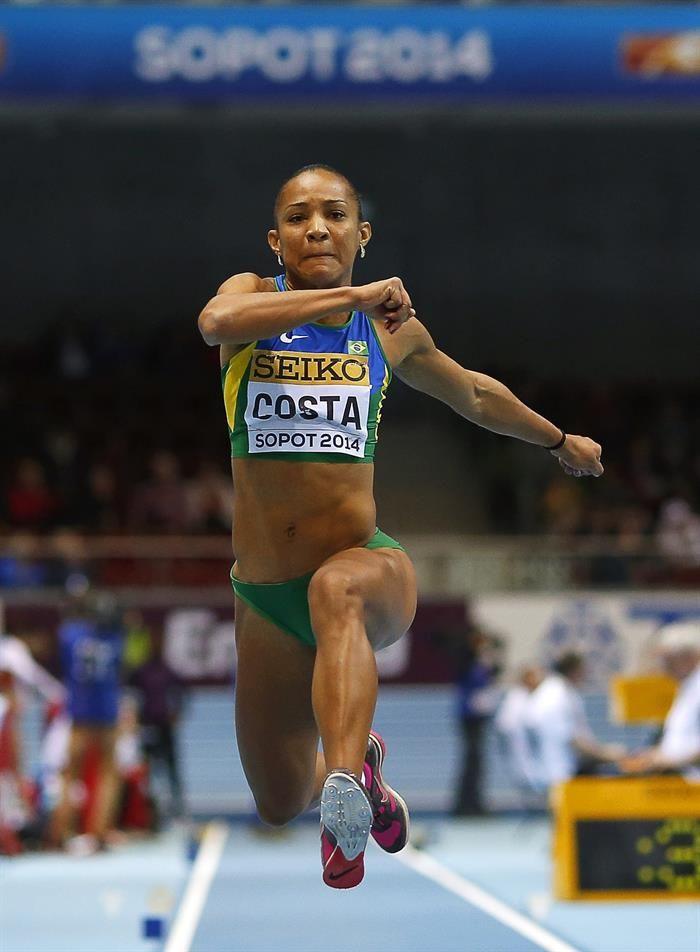 La atleta brasileña Keila Costa participa en la fase clasificatoria de salto de longitud.