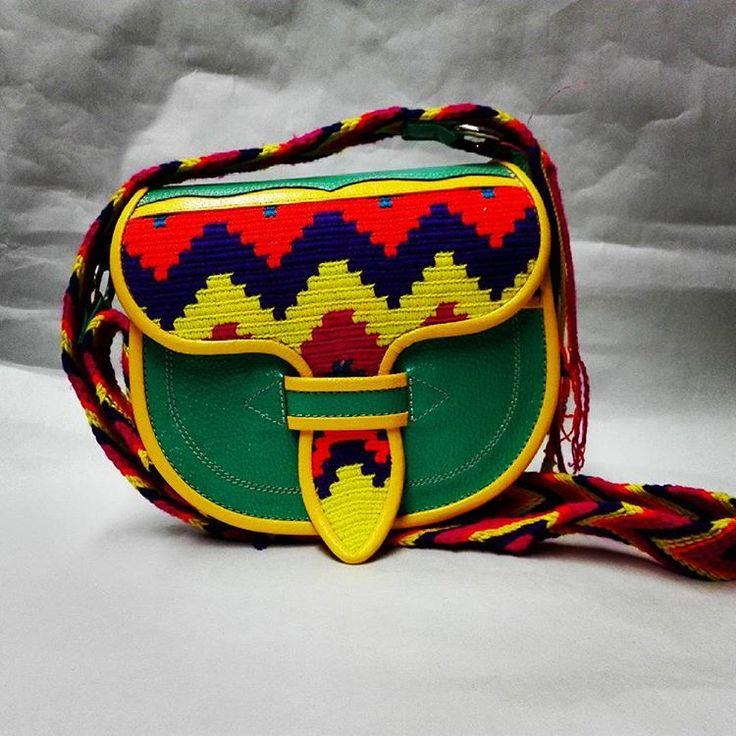 Que belleza de mini Carriel Wayuu. Encuentra lo solo en las tiendas Consulado Artesanal en #guatape y #medellin o para mas información en whatsapp 3225073071