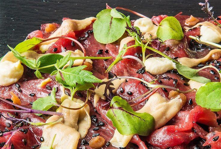 Matias Perdomo | Sashimi di bue con foie gras, umeboshi, germogli e salsa bernese.