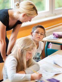 """Primare und Elementare Bildung (B.A.)  Universität Erfurt Ziel der Studienrichtung ist die Aneignung fachlicher Grundlagen für kindliche Bildungs- und Erziehungsprozesse. So werden im Studium Kenntnisse über die kindliche Entwicklung sowie pädagogische Werte vermittelt.   Primare und Elementare Bildung kann in zwei Varianten studiert werden: die Variante """"Grundschule"""" dient dem Erwerb fachwissenschaftlicher und fachdidaktischer Grundlagen schulischen Lernens."""