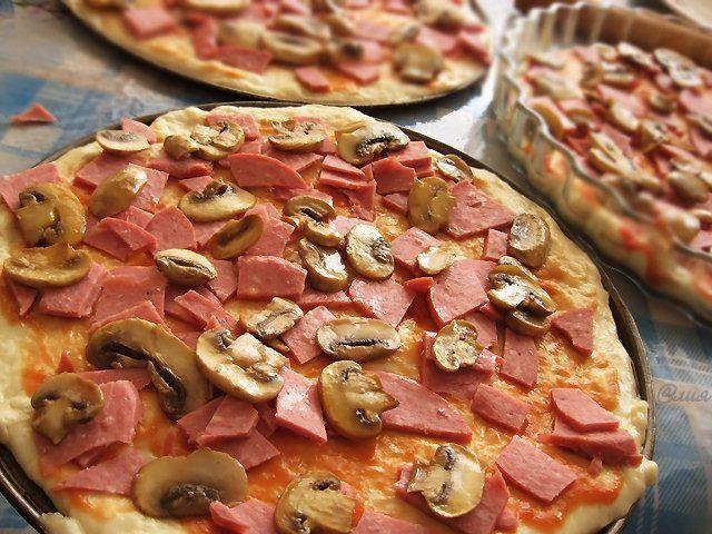 """Dnes Vám chcem ponúknuť recept na pizza cesto. Dúfam, že ho skúsite a dáte vedieť, ako Vám chutilo. Slávne príslovie hovorí: """"Rýchle je nepriateľom dobrého …"""" Nie vždy to však platí. Vyskúšajte! Rýchle cesto na pizzu. Cesto na pizzu by malo pár hodín odpočívať, ale toto rýchle je hotové za cca 15 minút. Samozrejme, ak …"""