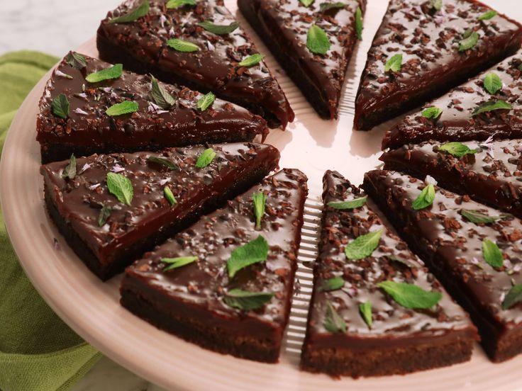 Kladdig chokladkaka med mynta och chokladkola | Recept från Köket.se