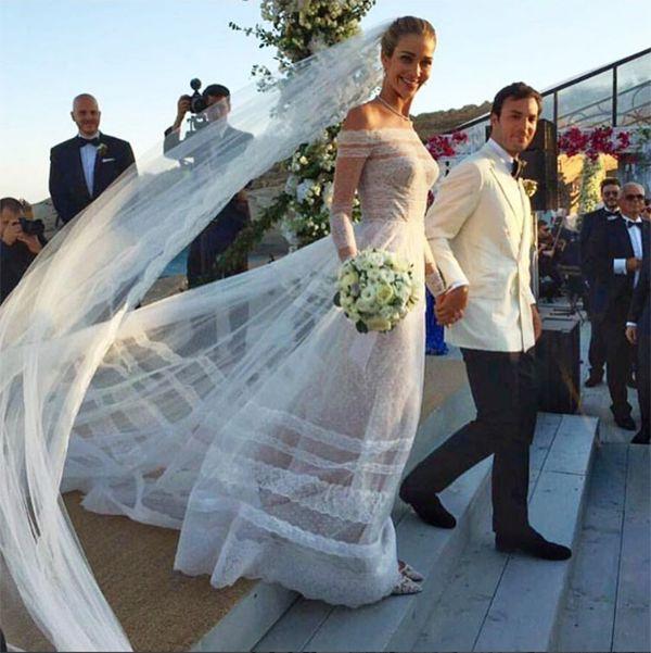 A modelo brasileira Ana Beatriz Barros se casou com o egípcio Karim El Chiaty em um destination wedding em Mykonos, na Grécia. A noiva usou Valentino.