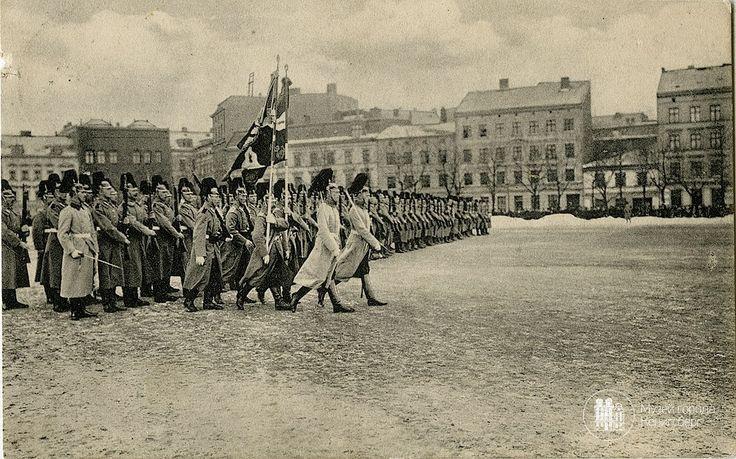 """Кёнигсберг. Парад на Барабанной площади.  На заднем плане слева видно сохранившееся сегодня здание (Газпромбанк). Фото ок. 1900 года. На месте домов справа — сквер с """"родиной матерью"""", на месте Барабанной площади — ТЦ «Европа». /\/\/\/\/\/\/\/\/\ Tags: Königsberg, Koenigsberg, Ostpreußen, Ostpreussen, East Prussia, Baltic Sea, Museum der Stadt Königsberg, Калининград, Кёнигсберг, Музей города Кёнигсберг, Балтийское море, Площадь Победы"""