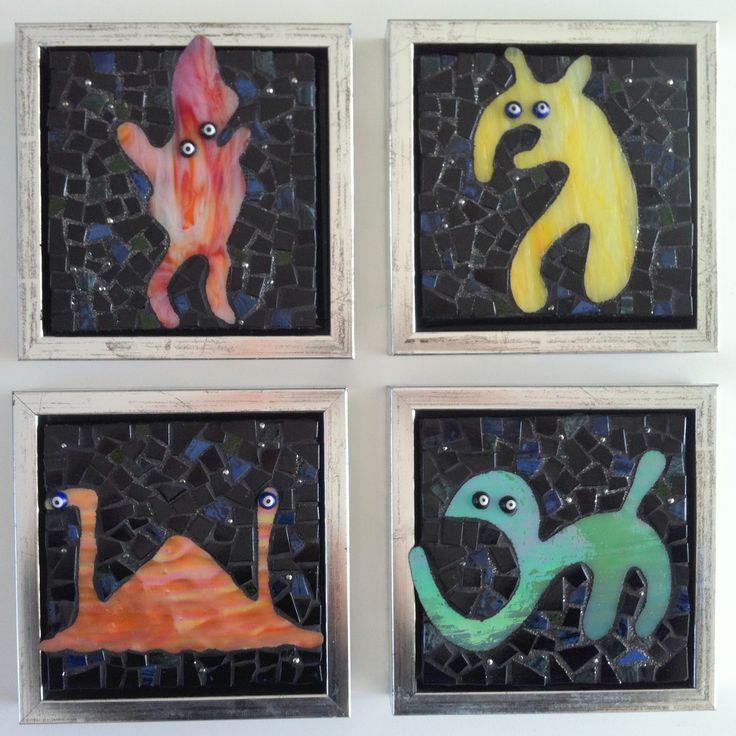 4 Kryptozoologiske rumvæsener. Glasmosaik på wediplade. 15 X 15 cm