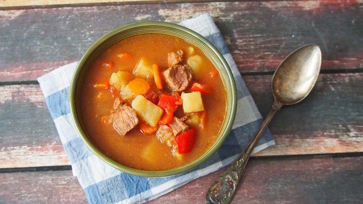 Tytuł bloga zobowiązuje. Wiem, wiem, kiepsko u mnie z zupami. Nie znaczy to, że ich nie gotuje. Mało jest jednak przepisów na zupy na blogu. Dzisiaj prosta do przygotowania, smaczna i bardzo sycąca…