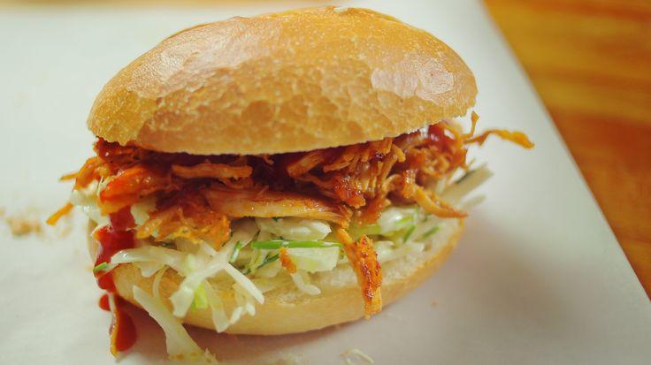 Tépett BBQ csirke szendvics