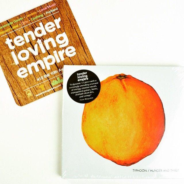 ポートランドのダウンタウンにあるTender loving empire はレコードレーベル、ハンドクラフト作品などローカルアーティスト達の為のマーケット 特に気になるのがポートランドのインディーズミュージック 音楽には詳しくないけど、このTyphoonのアルバムを聴くと(あーポートランドだー)と感じる どこが?と、聞かれてもこまるんですけどね。言葉にすると。。 1から何かを作ることが大好きな人達があつまるこの街から生まれた感じ…? まあシロウトの感想は無視して是非聴いてみてほしいです。  Typhoon / Hunger and Thirst  #ポートランド #Portland #oregon #tenderlovingempire #CD #music #indies