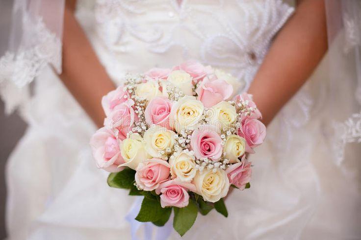Белый и розовый букет свадьбы с розами в руках невесты Стоковое Фото