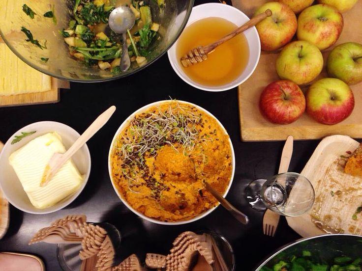 Pasta marchewkowo-imbirowa:  Składniki: 6-7 marchewek, 2 garści pestek słonecznika, pomarańcza, cytryna, duży kawałek świeżego imbiru, chilli, sól, kumin, serek mascarpone, oliwa, siemię lniane  Ziarna słonecznika zalewamy ciepłą wodą i odstawiamy na kilka godzin. ⅔ marchewek pokrojonych na słupki pieczemy w piekarniku w oliwie, soli, imbirze i chilli do momentu aż będą miękkie i zarumienione. Resztę gotujemy. Ścieramy skórkę z pomarańczy. Miksujemy marchew ze słonecznikiem, łyżką startego…