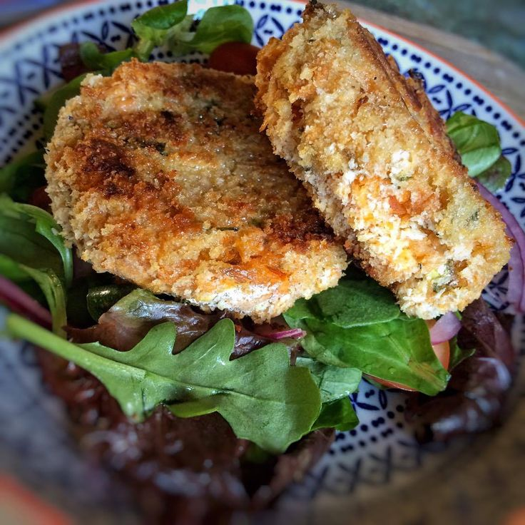 Laura: Fishcakes are something I love to have as a starter in a restaurant and are the perfect light lunch or dinner. Having not had them in a loooong time, tonight, with little else in the cupboards, I t…