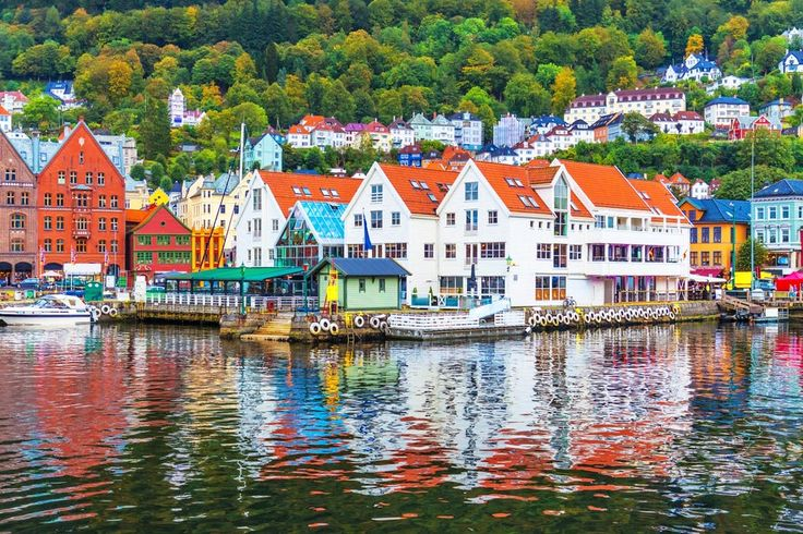 Aan de overkant van de Noordzee ligt een mythische plek. Een land met majestueuze bergen en diepgroene naaldbossen, waar Odin en Thor regeren en waar trollen en feeën zich gewoon onder de mensen mengen. Over welk land we het hebben? Noorwegen natuurlijk! Bovendien laat dit sprookjesland zich van zijn beste kant zien. Je reist immers met de trein van Oslo naar Bergen en terug. En als kers op de taart maak je een cruise over een fjord. Waar wacht je dus nog op. All aboard!