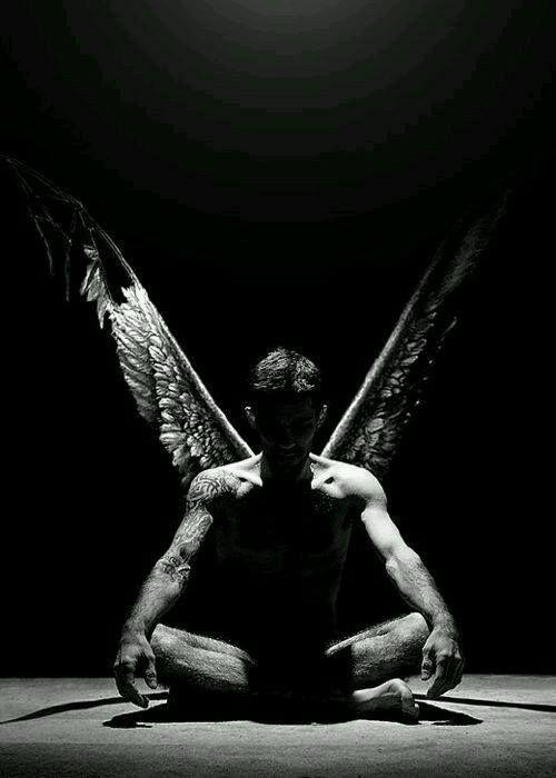 Possiamo negare che i nostri angeli esistano. Convincerci che non possono essere reali. Ma loro si mostrano ugualmente… in posti strani… e in momenti strani. E parlano per bocca di uno qualunque dei personaggi. Quella urlante di un demone se devono. Sfidandoci. Incitandoci a combattere. (Sucker Punch)