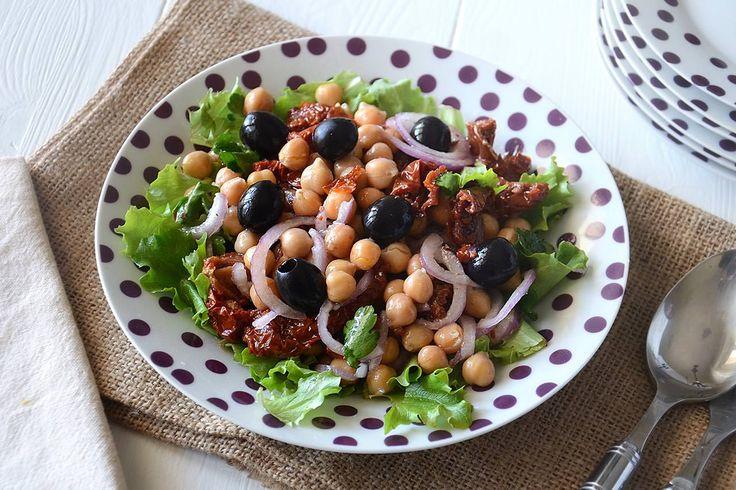 L'insalata di ceci è una ricetta perfetta da preparare in vista delle belle giornate. Quando le temperature iniziano ad alzarsi la classica pasta e ceci