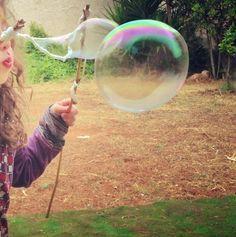 Trapeando: burbujas gigantes: (RECETA: 2 partes de gomina extra fuerte, 9 partes de agua y algo más de media parte de fairy - otras marcas van peor)