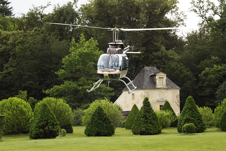 Hélicoptère devant le Pavillon de France
