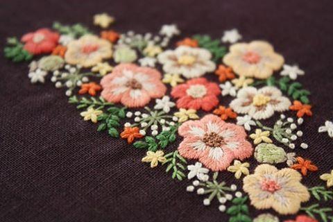 茶色の生地にオレンジ系の花でまとめました。 . 秋っぽい雰囲気がでたのではないかなーと思います . . #刺繍#手刺繍#ステッチ#手芸#embroidery#stitching#자수#broderie#bordado#вишивка#stickerei#花の刺繍