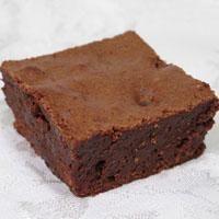 Malzemeler: 1 kg süt, 3 paket kakaolu dikdörtgen kek, 2 paket çikolatalı sos Süslemek için: 1 Yemek kaşığı hindistancevizi