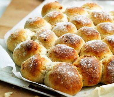 Rustikt brytbröd bakat på vetemjöl jäst och mjölk. Brödet har en fantastisk smak av parmesan och är fyllt med hackade valnötter och pinjekärnor. Ett gott matbröd till soppa, att äta till en sallad eller som mellanmål.