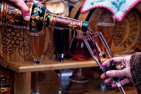 Главное событие этой осени в Закарпатье собирает любителей молодого вина на винный фестиваль Закарпатское божоле, где вы сможете насладиться лучшим молодым вином нынешнего урожая. Оно мягкое и нежное, еще сохраняет в себе привкус летнего дождя и закарпатского солнца! Фестивальный тур в Закарпатье из Львова на праздник молодого вина Кроме дегустации вина в Закарпатье, вас ждет выбор лучшего винодела, «винные лотереи», ярмарка меда и, конечно же, веселые песни и зажигательные танцы.
