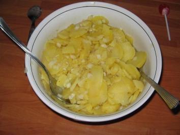 Das perfekte Schwäbischer Kartoffelsalat-Rezept mit Bild und einfacher Schritt-für-Schritt-Anleitung: Die Kartoffeln in der Schale kochen, schälen und in…