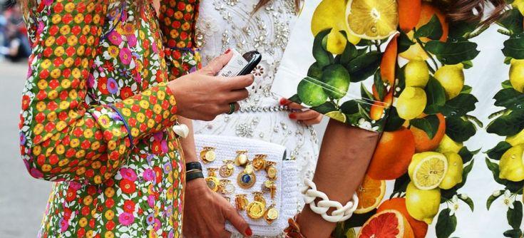 Как известно, мода переменчива, и рано или поздно определенные тенденции приходят и уходят, вот и в нынешнем сезоне в одежде снова популярными стали фруктовые принты. Одежду с изображением фруктов можно увидеть в коллекциях многих мировых дизайнеров. Ягоды, фрукты, цитрусовые уже заняли свои почетные места на всевозможных вариантах одежды и аксессуарах. Фруктовый рисунок на вещах – […]