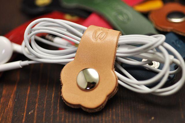肉球コードホルダー 国産(栃木レザーと姫路レザー)本革 イヤホンコードクリップ プレゼントにかわいい革小物 Sweetie!