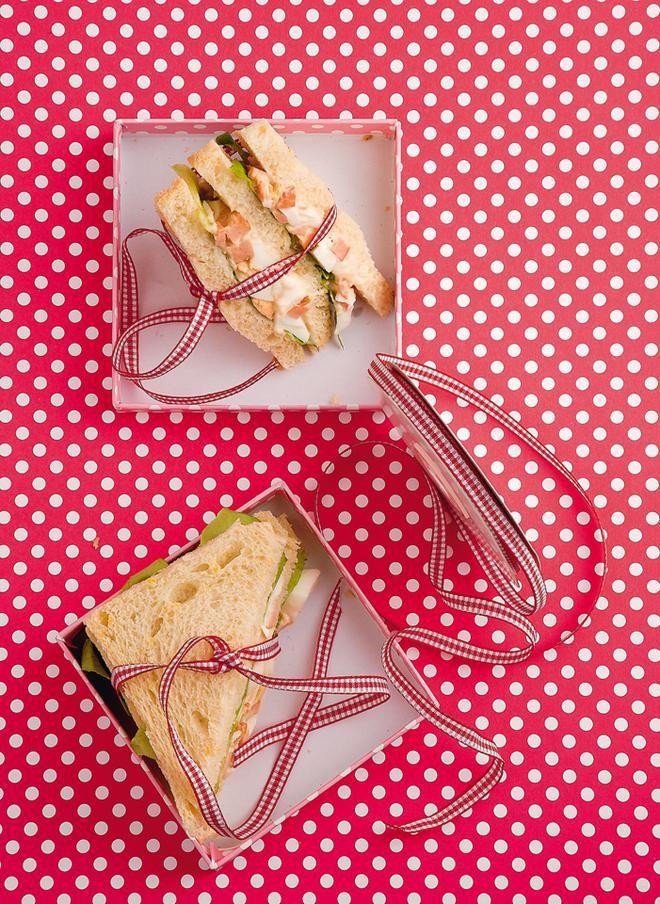 Σάντουιτς με αβγο και λουκάνικο