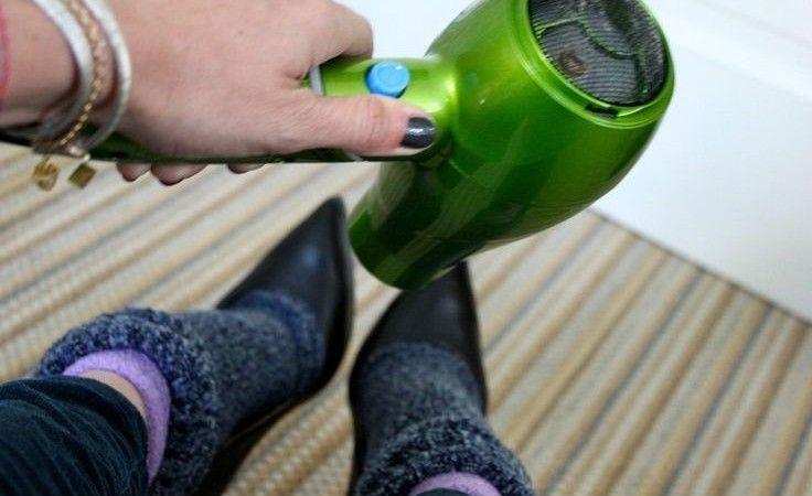 Ahi Ahi Ahi, le scarpe sono troppo strette! Metti un paio di calzini grossi, indossa le scarpe e tieni i piedi sotto un phon caldo. Risultato immediato!
