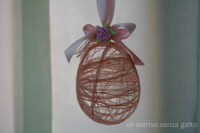 Handmade thread Easter egg / Ovetto fatto con filo arrotolato intorno ad un palloncino, nastro e fiore di pasta di mais