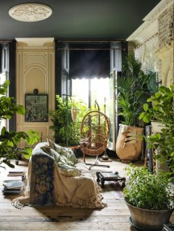 Now this is urban jungle interiors. Boho living room heaven, this place breathes.