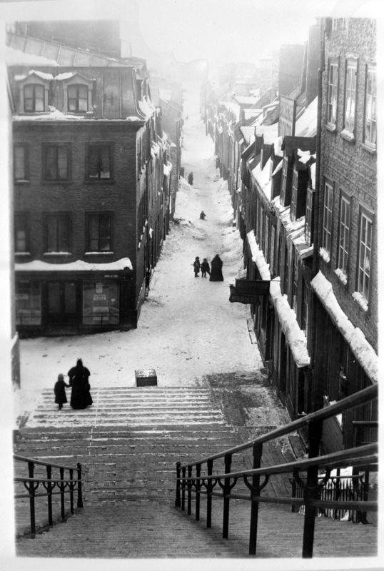 Les escaliers à Québec sont incontournables et difficile à éviter lorsqu'on se promène à pied. Le premier escalier est l'escalier Casse-Cou qui relie la Basse-Ville à la Haute-Ville depuis les années 1630. (Encyclopédie du Patrimoine Culturel de l'Amérique Française).