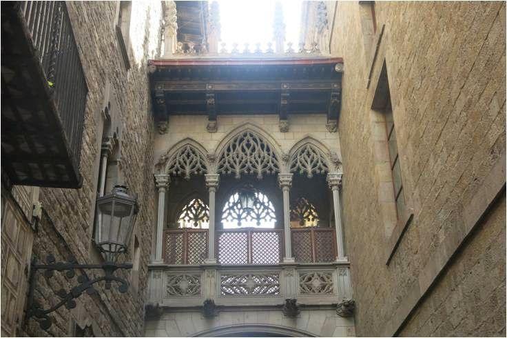 Casinha colorida: A Série Viagem: Lugares Secretos que Indico visita a Plaça Sant Filip Neri em Barcelona