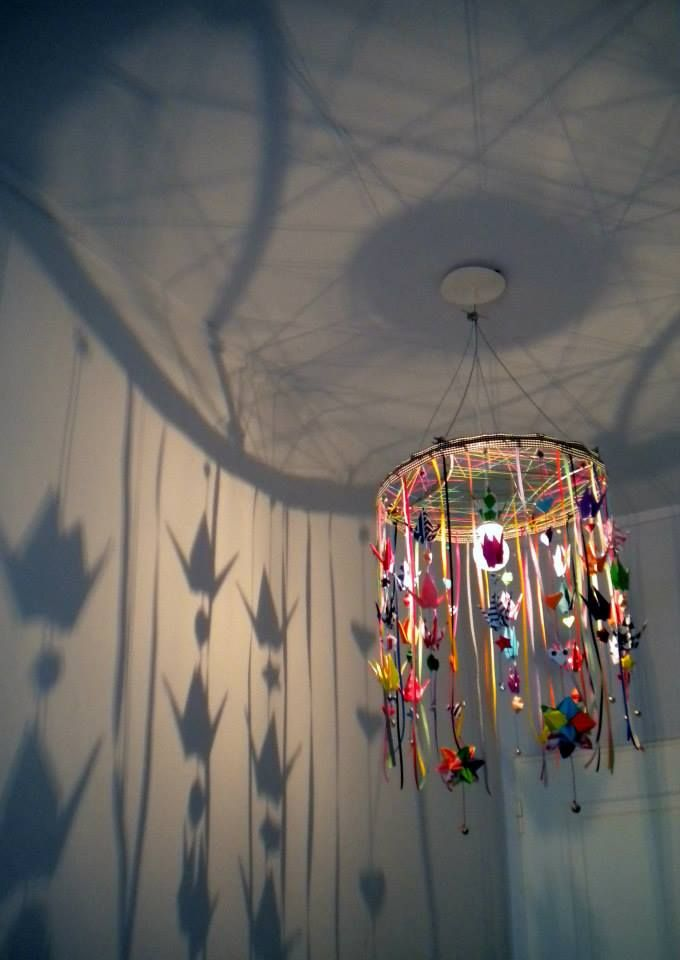 love this colorful dream catcher style lamp for the kids room-- lámpara estilo cazador de sueños para la habitación de los niños