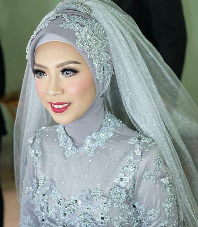 Makeup : @fauziaahanummakeup  Hijab : @ratnayuliana_makeup  Dress + headpiece : @andrianiriaa  #atrifalah #hijabbride #hijabmakeup #hijabwedding