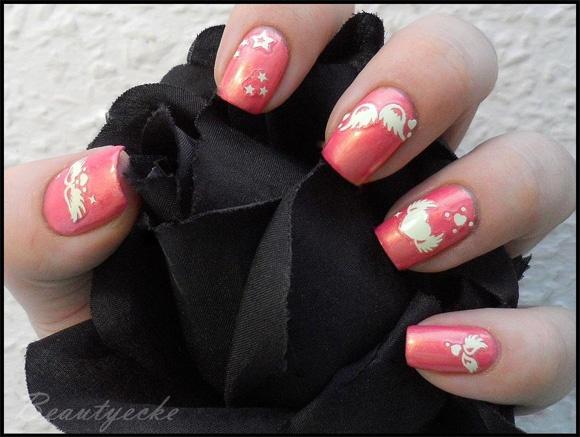 Sailor Chibi Moon inspired nail art by http://milchschokis-beautyecke.blogspot.de/2013/01/sailor-chibi-moon-nageldesign.html