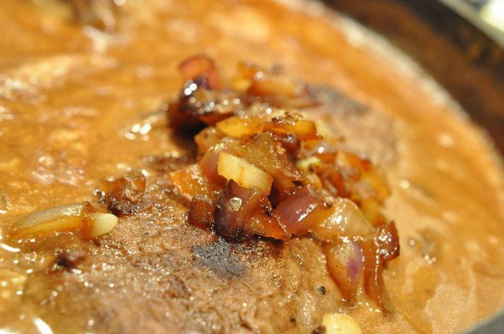 Engelsk bøf med bløde løg, flødesauce og små frække kartofler | NOGET I OVNEN HOS BAGENØRDEN