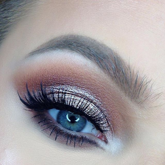 """@sigmabeauty """"warm neutrals"""" palette """"cinnamon"""" as transition, """"cozy"""" and """"russet"""" mixed in the crease and lower lash line, """"fawn"""" on the lid @loraccosmetics """"snow"""" on the brow bone and tear ducts @sigmabeauty """"wicked"""" gel liner for the wing and waterline. @benefitcosmetics """"roller lash"""" mascara @esqido lashes """"viola lash"""" with the esqido glue (my favorite as of now) heart #brows by @anastasiabeverlyhills """"dark brown"""" dipbrow and tinted brow gel in """"blonde"""" #makeup #sigmabeauty…"""