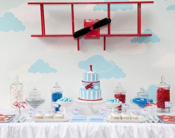 Прекрасной тематикой для небольшого семейного торжества в честь Первого Дня Рождения вашего малыша станет праздник с основным акцентом в виде аэроплана.