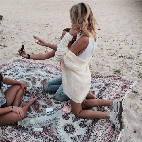 пляж, одеяло, светлые волосы, богемно, бохо, Калифорния, спокойствие, комфортно, девушка, волосы, хиппи, хипстер, инди, океан, комплект одежды, приятное, расслабляться, соль, песок, море, простое, лето, свитер, загар, теплое, белый