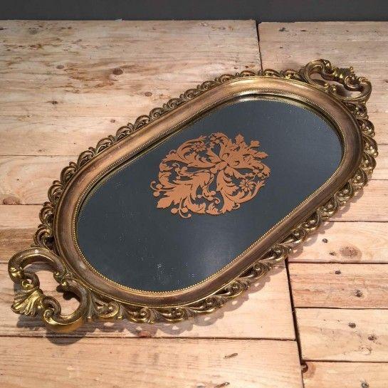 Δίσκος γάμου χρυσό-μπρονζέ σε vintage ύφος με ιδιαίτερο σχέδιο περιμετρικά και καθρέφτη στη μέση για να δημιουργήσετε το δικό σας σετ γάμου.Το NEDAshop.gr υποστηρίζεται από το κατάστημα μας όπου μπορείτε να δείτε όλα τα αντικείμενα από κοντά και να δημιουργήσουμε μαζί το σετ που ταιριάζει καλύτερα στο γάμο σας αλλά και στο σπίτι σας.Το κατάστημα μας βρίσκετε: Λεωφόρος Θηβών 503 Αιγάλεω