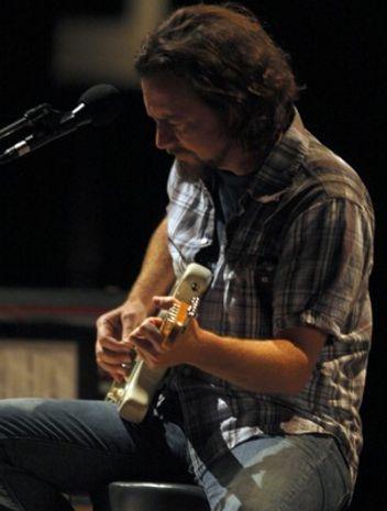 Eddie Vedder brings 'Ukulele Songs,' Glen Hansard to Phoenix
