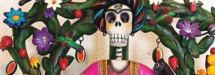 Los increíbles Árboles de la Vida de Izúcar. Hace mucho años, en esta población del suroeste de Puebla, se solía regalar estas artesanías a las parejas en el día de su boda. Hoy, esa tradición se ha perdido, pero no la costumbre de tallar esas coloridas obras de arte popular.