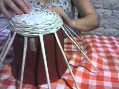 técnica de tejido simil mimbre con terminación realizada con papel perió...