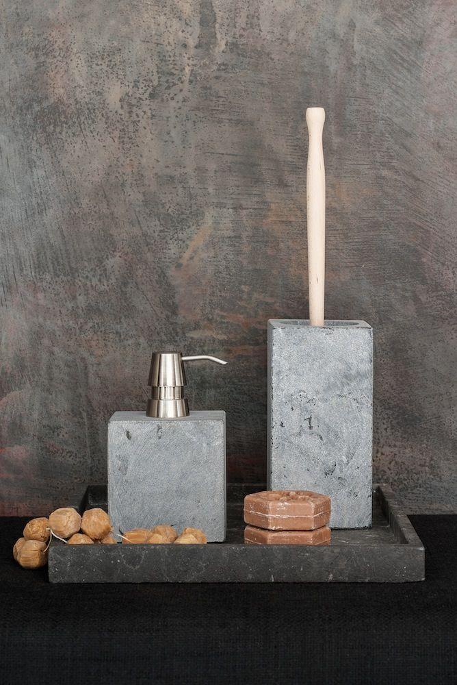 Jedes Stück von Hand aus Marmor gefertigt: schlicht und puristisch. Die massive, kantige Form der Serie KOLO strahlt eine elegante Optik aus, die sich in nahezu jedem Badezimmer gut ausnimmt. Die Stücke sind zeitlos und verzichten auf modische Verzierungen. Understatement wird großgeschrieben.