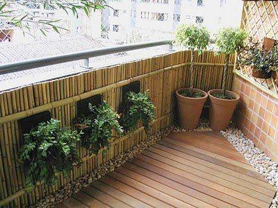 Leuk idee voor  uw balkon; bamboe omheining, planten, kiezels met houten vlonders! Zowel de omheining als de vlonder zijn te koop in alle soorten en maten.