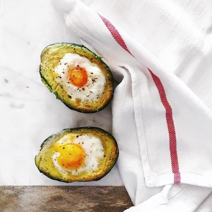 The secret to making perfect baked eggs in avocado is to carve out a tablespoon of avocado breaking the egg in a bowl then adding it a little bit at a time in the hole of the avocado using the egg shell as a spoonA nutritious and delicious breakfast or lunch! Fırında mükemmel avokado içinde yumurta pişirmenin sırrı avokadonun içinden bir yemek kaşığı et çıkarmak yumurtayı bir kaseye kırıp kabuğunu kaşık olarak kullanarak biraz biraz avokadonun içine eklemek! İşe lezzetli ve besleyici bir…