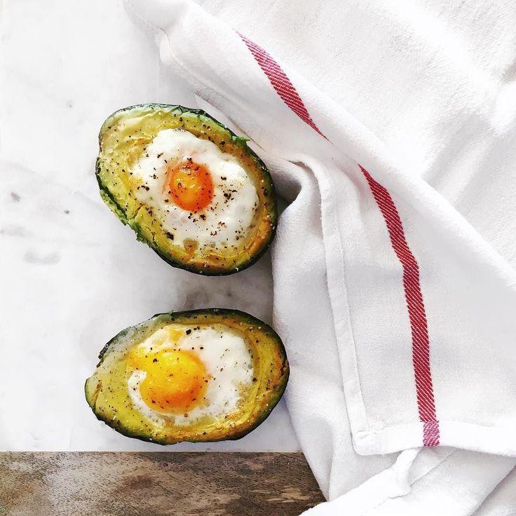 The secret to making perfect baked eggs in avocado is to carve out a tablespoon of avocado breaking the egg in a bowl then adding it a little bit at a time in the hole of the avocado using the egg shell as a spoonA nutritious and delicious breakfast or lunch! Fırında mükemmel avokado içinde yumurta pişirmenin sırrı avokadonun içinden bir yemek kaşığı et çıkarmak yumurtayı bir kaseye kırıp kabuğunu kaşık olarak kullanarak biraz biraz avokadonun içine eklemek! İşe lezzetli ve besleyici bir…