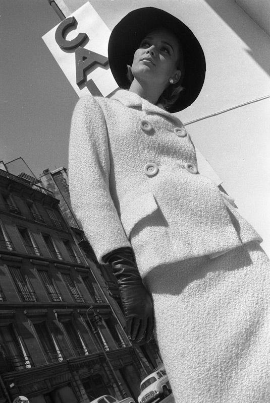 """""""C'est l'annTe des manteaux"""" photo Brian Duffy 1962"""