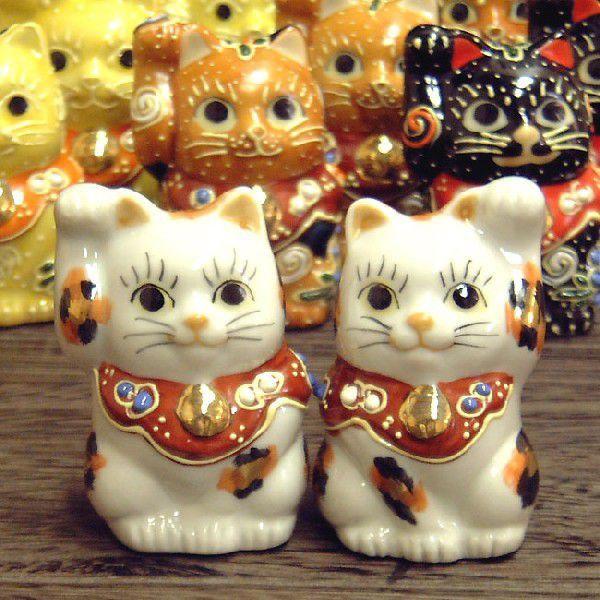 九谷焼 招き猫Yahoo!ランキングで1位を獲得!金運招きの右手猫ちゃん、ご縁招きの左手猫ちゃんがセットで登場!しかも金三毛でますます金運UPかも。身長6cmのチビ猫ちゃんで、小さな幸せいっぱいです。九谷焼ペア招き猫・金三毛■おすすめ ギフト開店祝い/開業祝い/新築祝い/退職祝い/記念品/お祝い/誕生日プレゼント/両親/男性/女性/父/母/友達/還暦祝い/古希祝い/喜寿祝い/傘寿祝い/米寿祝い/卒寿祝い/白寿祝い/百寿祝い/贈り物/お返し/内祝い/結婚式/引き出物/卒業祝い/表彰/お歳暮/クリスマスプレゼント/プチギフト/ブライダル/粗品/景品/就職祝い/海外/外国/日本らしいお土産